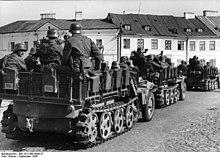 Colonna tedesca entra nel villaggio nei sobborghi di Częstochowa