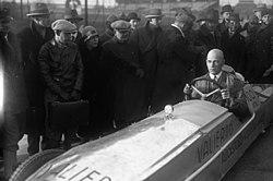 Bundesarchiv Bild 102-01338, Max Valier im Raketenauto.jpg