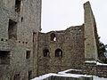 Burgruine Reußenstein Blick vom inneren Burghof auf die westliche Wand des Palas (7574058288).jpg