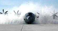 Un C-130J Super Hercules viene lavato nella Keesler Air Force Base nel Mississippi.
