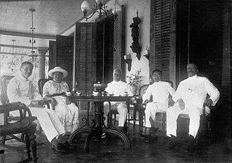 Cabang Atas - Image: COLLECTIE TROPENMUSEUM Groepje mensen in het huis van de heer Oei Dji San Tangerang West Java. T Mnr 60007622