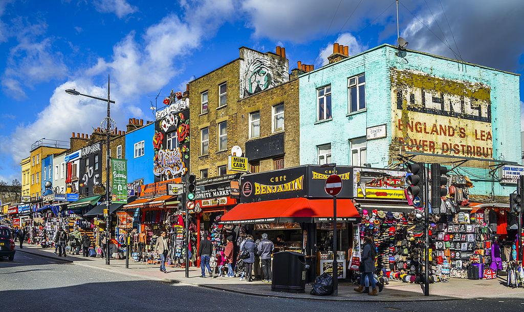 Boutiques de la grande rue de Camden Town à Londres - Photo de J.Ligero & I.Barrios