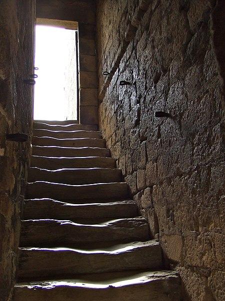 File:Château de beynac escalier.jpg