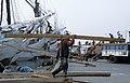 Collectie NMvWereldculturen, TM-20023410, Dia, 'Het lossen van een lading hout aan boord van een Buginese prauw in de haven Sunda Kelapa', fotograaf Janneke van Dijk, 1991.jpg