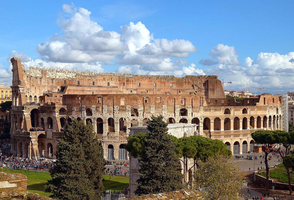 Vue sur le Colisée depuis la colline du Palatin à Rome - Photo de Livioandronico2013