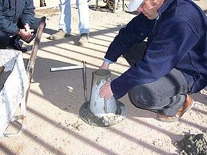 Concrete slump test - Image: Cono de Abrams 04