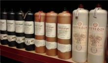 Tipiche bottiglie in terracotta di korenwijn