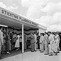 De koningin bezoekt de stand van de Stichting Planbureau Suriname op de Surinaam, Bestanddeelnr 252-4295.jpg