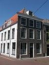 foto van Hoekpand Breestraat, pand met gepleisterde zijgevel, waarin muurankers en Empire-ramen