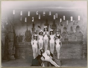 Den förgyllda lergöken, Kristallsalongen 1900. Gruppbild - SMV - H11 027.tif