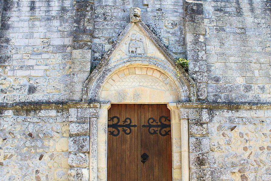Portail de l'église Sainte-Marguerite de Ducy-Sainte-Marguerite (Calvados) Sur le tympan un bas-relief représentant un couple enlacé