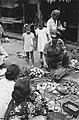 Een KNIL militair koopt groenten van een marktvrouw op een passer, Bestanddeelnr 462-3-1.jpg