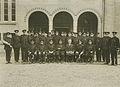 Een groep agenten van politie voor de Prins Hendrik kazerne op de vierde dag van – F40144 – KNBLO.jpg