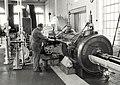 Een kijkje in het stoomgemaal, de uit 1923 stammende stoommachine van Stork in Hengelo doet het nog steeds, nergens anders is nog no'n exemplaar te vinden. Het stoomgemaal van Rijnland is ee, NL-HlmNHA 54014481.JPG