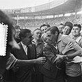 Finish Parijs. Fausto Coppi, leider in het Algemeen Klassement wordt omhelsd doo, Bestanddeelnr 905-2271.jpg