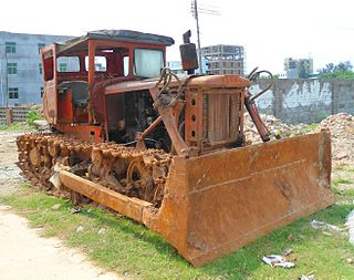 Bulldozer Mobile machine which uses a frontal blade to push large volumes of material