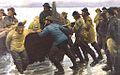 Fiskere i færd med at sætte en rorsbåd i vandet.jpg