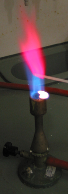Lithium use in flares and pyrotechnics is due to its rose-red flame. FlammenfarbungLi.png