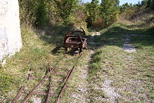 Photo d'une voie ferrée envahie par l'herbe.