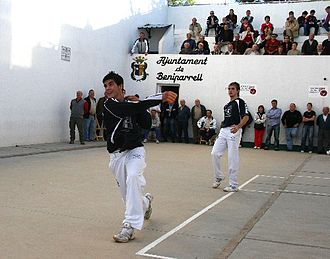 Galotxa - A person hitting a ball in a Galotxa match in the artificial street of Beniparrell