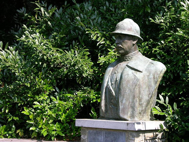 Buste du roi Albert Ier (Belgique) sis à la rue du Moulin, au pied de la Tour des Sarrasins. Bronze sur socle en pierre bleue. Inauguré le 26.1.1958.