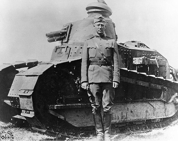 Паттон на фоне танка Рено FT-17 во Франции в 1918 году