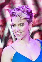 Scarlett Johansson ridetas for de la fotilo.