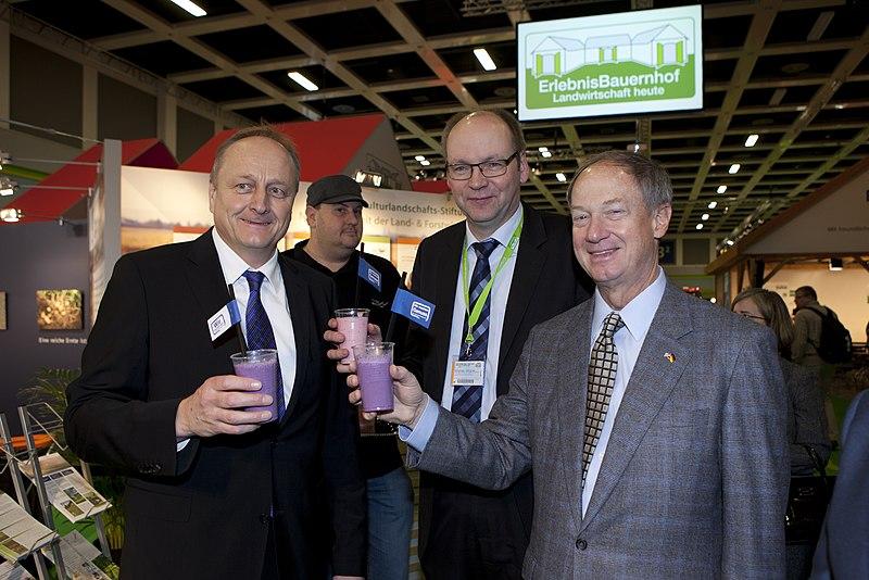 File:Green Week 2015 Botschafter Emerson mit Joachim Rukwied und Bernhard Krüsken vom Deutschen Bauernverband (16314683146).jpg