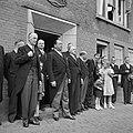 Groep mensen en kinderen, waaronder fabrieksdirecteuren Jan van Abbe (voorste ri, Bestanddeelnr 255-8440.jpg