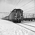HUA-150927-Afbeelding van een electrische trein van het type mat. 1924 (Blokkendozen) op een besneeuwd emplacement bij het N.S.-station Utrecht C.S. te Utrecht.jpg