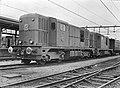 HUA-154296-Afbeelding van de diesel-electrische locomotieven nrs. 2402 en 2401 (serie 2400-2500) van de N.S. met een rijtuig tijdens een proefrit te Almelo.jpg