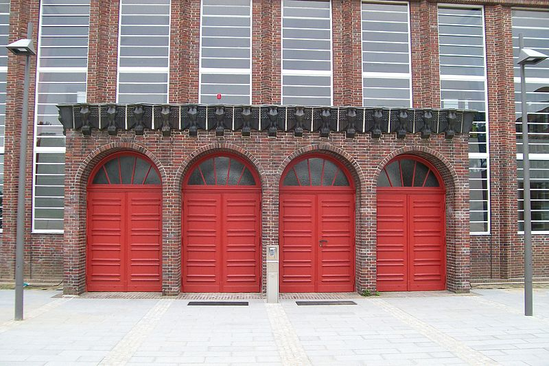 File:Holstentorhalle3.jpg