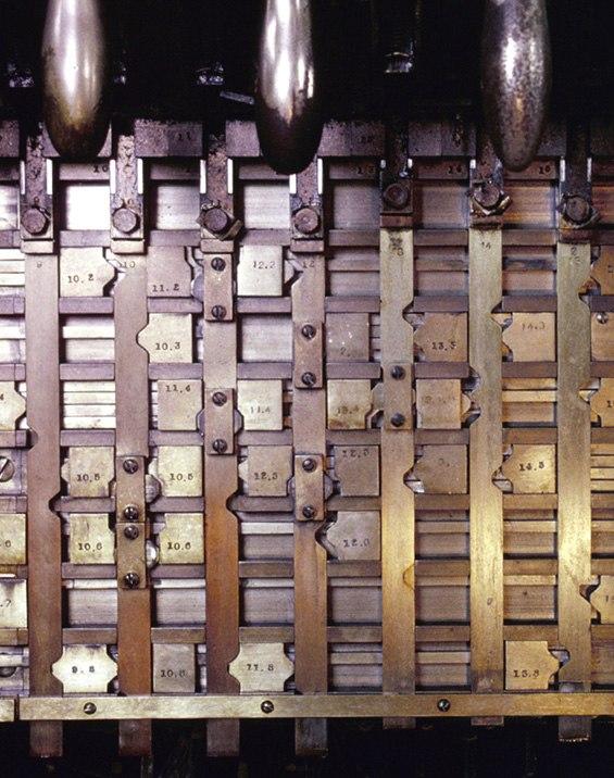 Interlocking machine locking bed
