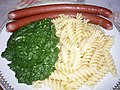 Javořické párky, vařené těstoviny a špenát.jpg