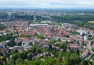 Blick vom Turmberg über Durlach und Karlsruhe bis zum Pfälzerwald am Westrand der Oberrheinischen Tiefebene