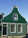 foto van Houten huis met uit- en ingezwenkt voorschot