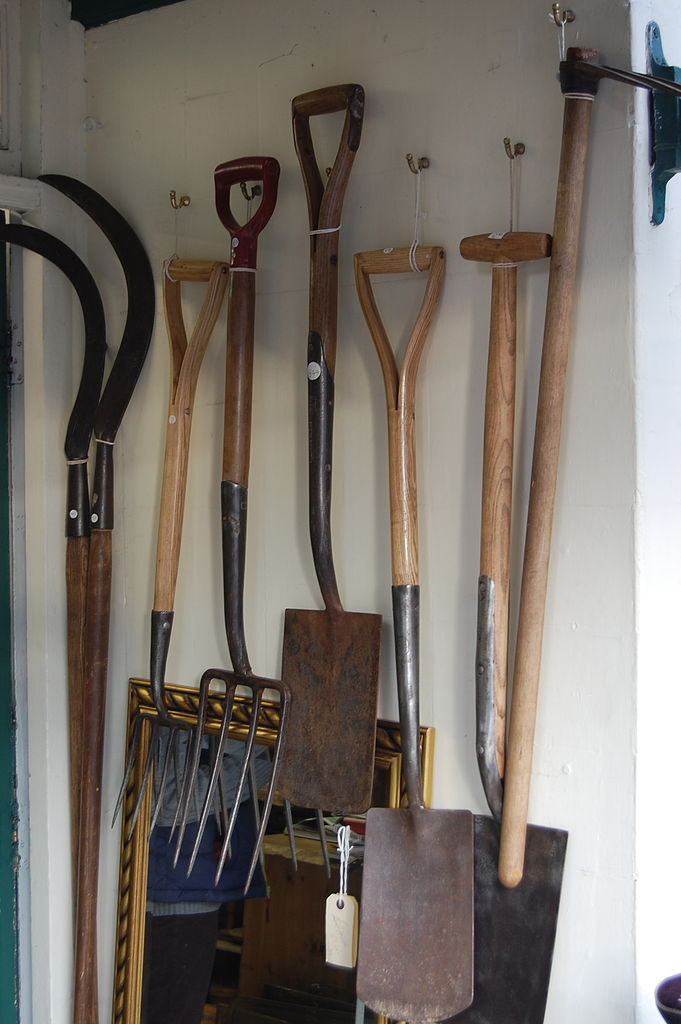 File kington 21 antique garden tools jpg wikimedia commons for Gardening tools wikipedia