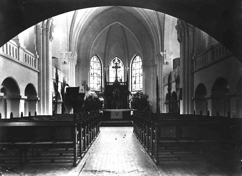 File:Kirchenschiff mit Altar der Kath Kirche Windhuk.jpg