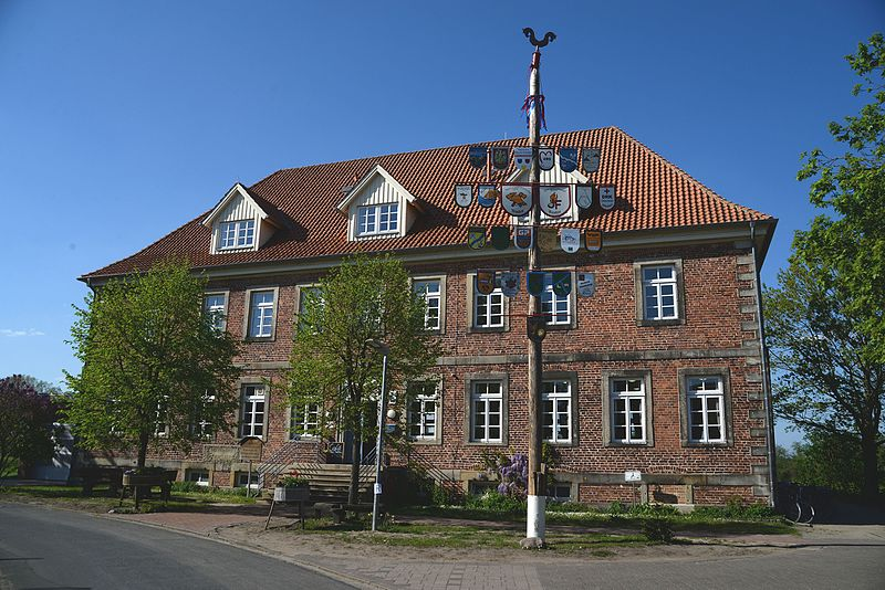 File:Kleines Herrenhaus in Westen an der Aller.jpg