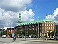 Kopenhagen - Verteidigungsministerium vor dem Turm der Nikolauskirche - Forsvar for tårnet på St. Nicholas Kirke - panoramio.jpg