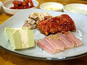 Hongeo-hoe - Hongeo-samhap, consisting of hongeo-hoe served with kimchi and bossam