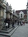 Krakov, Stare Miasto, pohled na sochy před kostelem svatého Petra a Pavla.JPG