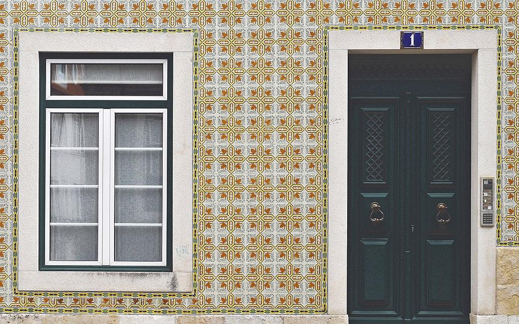 > Combo magique : Fenêtres, azulejos et portes dans l'Alfama à Lisbonne - Photo de LBM1948