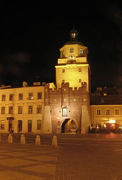 Polski: Brama Krakowska nocą