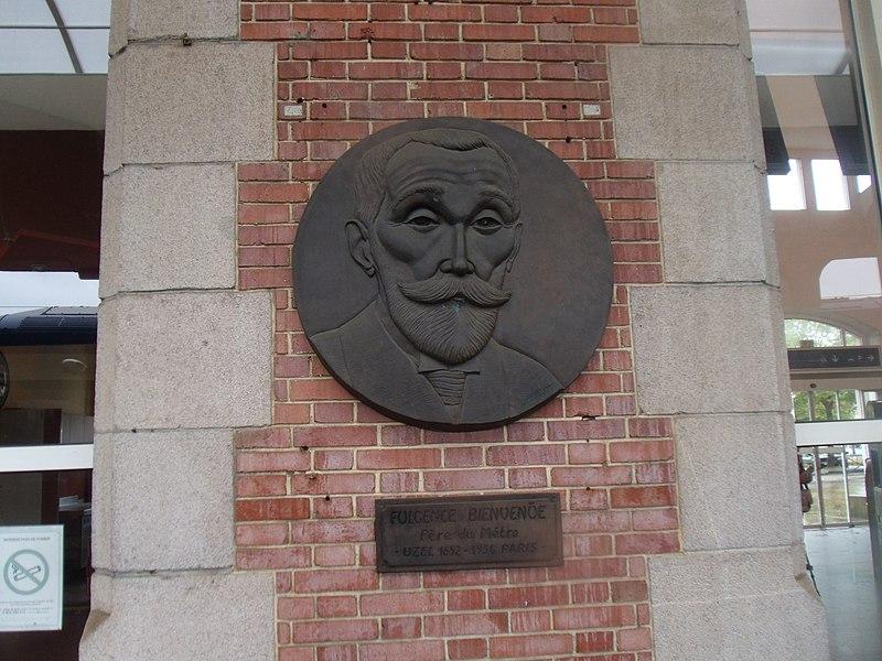 Le médaillon (sculpté par Bernard Potel) représentant Fulgence Bienvenüe sur le quai A de la gare de Saint-Brieuc