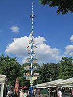 Maypole in Viktualienmark.JPG