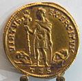 Medaglione di costante, oro, con imp. in abiti militari con trofeo e scudo tra due prigionieri.JPG