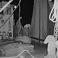 Met sardines gevulde visnetten worden binnen boord gehaald, Bestanddeelnr 255-2876.jpg