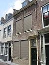 foto van Huis met rechte gevel en gootlijst op klosjes