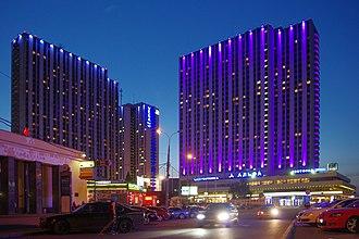 Izmailovo Hotel - Image: Moscow Izmailovo hotel complex evening (14575121847)